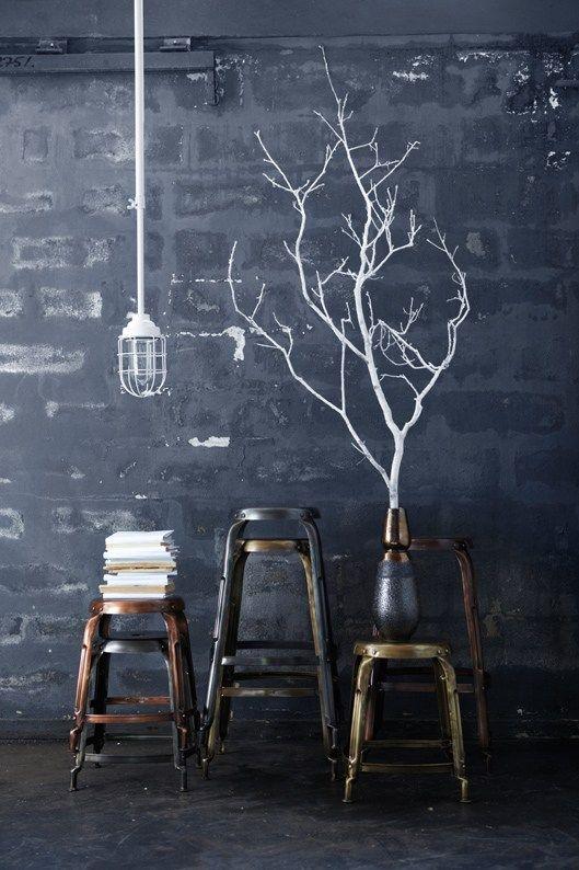 Mur noir et arbre peint en blanc - trompe-l'oeil avec le vase posé devant. Une idée à reprendre et décliner. #black #wall #painted tree
