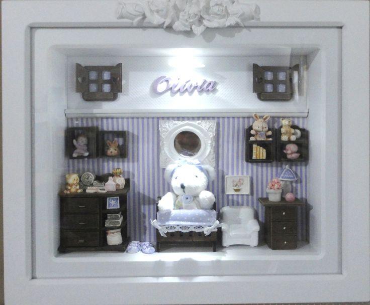 Quadro com ambiente de quarto de bebê com vidro e iluminação para decoração do quarto do bebê e enfeite de porta maternidade. <br>Tecidos em cores e estampas que combinem com a sua decoração. <br>Móveis com pintura escura. <br>Um ursinho Bebê <br>PRODUTO ARTESANAL SUJEITO À VARIAÇÕES