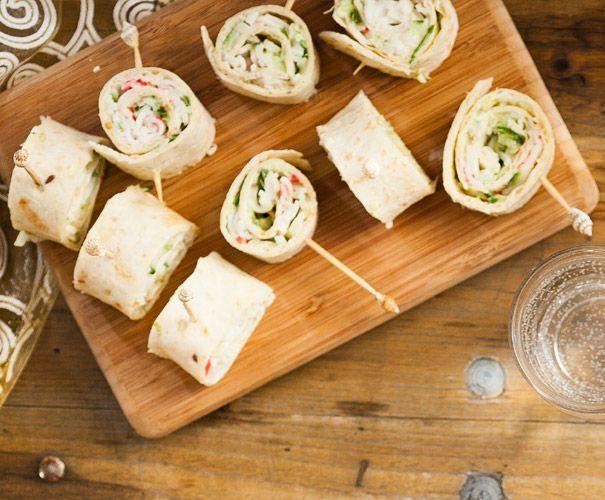 2 volkorenwraps 75 g krabsticks (surimi) 1 lente-ui (in dunne ringen) 1 tl citroensap 1 el crème fraîche (halfvol) 1 el chilisaus zout en peper...