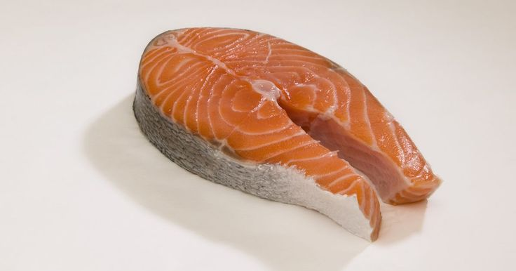Por quanto tempo o salmão fica fresco?. O salmão fresco é um prato bastante versátil. Ele pode ser assado, grelhado, defumado, ensopado, cozido, adicionado a saladas e batido em patês e molhos. Mas esse peixe não é tão versátil quando o assunto é mantê-lo fresco. Uma dica para isso é sempre consumi-lo no dia em que foi comprado. Com as técnicas certas, porém, você pode armazenar o ...