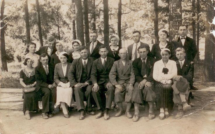 """Pracownicy Zakładów Gumowych """"Wudeta"""", które rozpoczęto budować w listopadzie 1928 r. w Krośnie. Przemierzali drogę do Krosna pieszo. Między innymi Stanisław Samborowski (pierwszy z prawej). Zdjęcie zdjęcie  ze zbiorów Marianny Gazdy."""