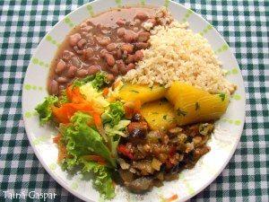 Arroz integral, feijão carioca, mandioca cozida, berinjela refogada e salada (alface crespa, cenoura e pepino).