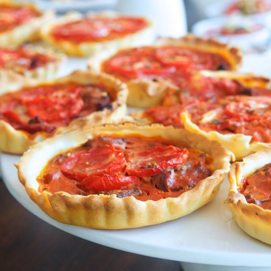 Italian buffet: Bolognese quiche. Bolognese, a tomato meat sauce. But did you know you can make a delicious quiche with it?