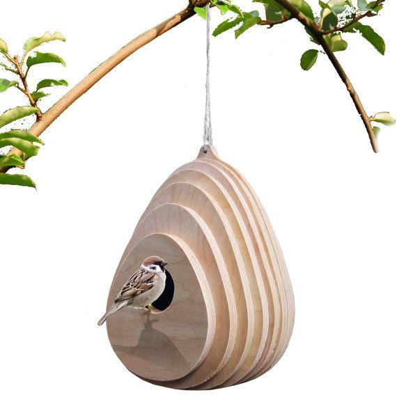 matériaux: contreplaqué, huile naturelle couleurs : bois naturel Tuyau d'oiseau en forme organique, il va se fondre en douceur avec le détour naturel. Maison d'oiseau fabriqué à partir de contreplaqué de bouleau, il a un trou de 50mm pour les oiseaux d'entrer. La forme permet à l'eau de pluie fonctionner correctement sur sa surface.  taille: L 190 mm x H 270 mm Taille du trou 50 mm