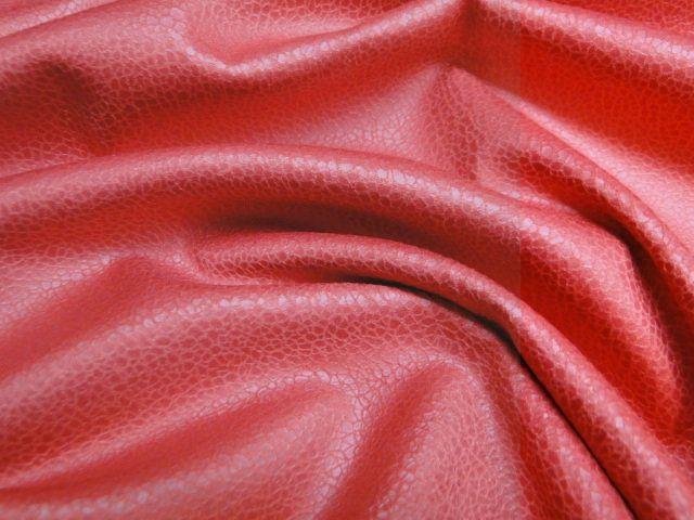 Leather look stof, rood. Geschikt voor het maken van een jurk, rok of broek. Bestel eenvoudig online! - Bas Bastiaans
