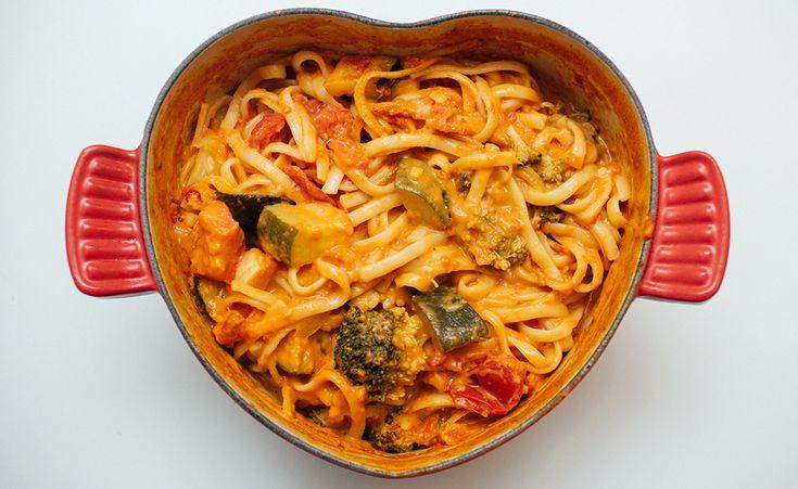 En herlig miks av grønnsaker, curry, kokosmelk, peanøtter og pasta – og retten er klar på 15 minutter! One pot pasta er supre middagsretter om du har dårlig tid! Her lar vi pastaen koke sammen med sausen, og det hele går fort unna. Denne vrien smaker godt av Asia – med currypaste, peanøttsmør og kokosmelk …
