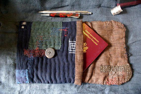 pochette cousue, tricotée et brodée main dans les tons noir, indigo sombre et bleu vert. jai utilisé des tissus japonais anciens kasuri (ikat), yukata (coton utilisé pour les kimonos dété), du chanvre (asa) de moustiquaire et de la ficelle de chanvre. la laine utilisée pour le reprisage