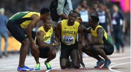 Bolt sorpresa:si infortuna nel finale sorpresa nella gara della staffetta 4x100 che si è corsa ieri sera a londra. bolt si è fatto male durante la corsa. stava gareggiando quando ad un certo punto è crollato per terra. subito è stato soc #bolt #atletica #sport #mondiale #londra