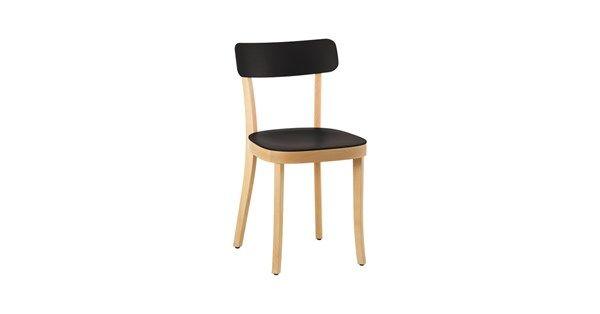 Basel stol tillverkad i bok med sits och rygg i svart plast. Med Basel stol förnyar Jasper Morrison den klassiska enkla trästolen. Stolen har harmoniska proportioner, och vid närmare titt ser du det unika. Sits och rygg är tillverkade av plast, vilket möjliggör en mer organisk form, ger den en förbättrad yta och en tunnare rygg.