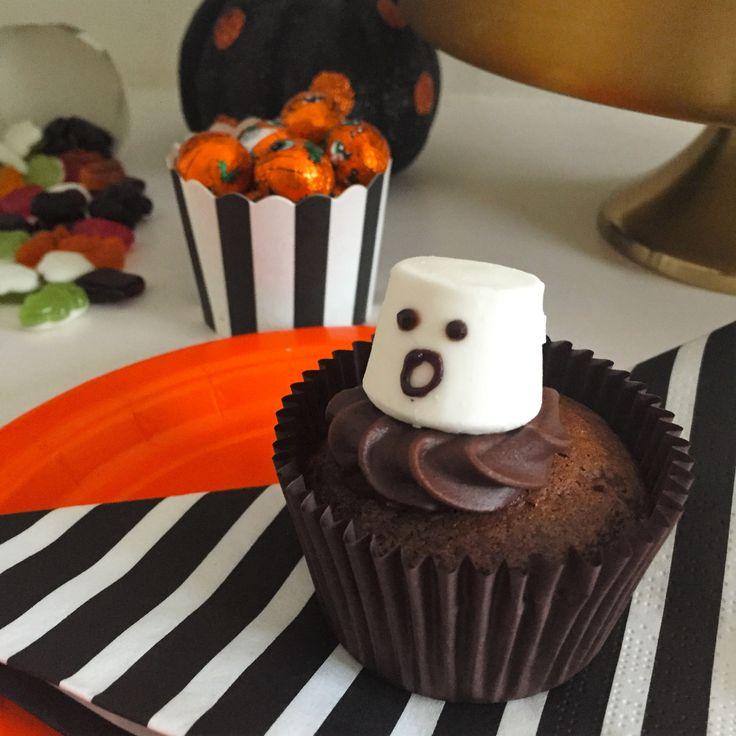 Ghost Halloween cupcakes. Simple!