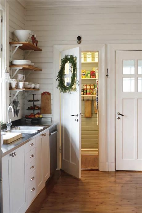 The kitchen has an old-fashioned pantry that you can enter and who swallow everything that you want to keep cool ...