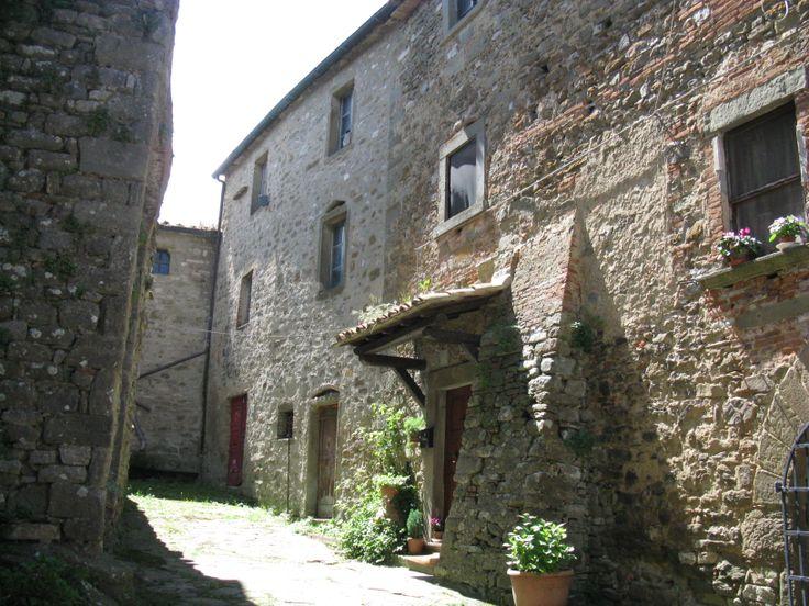 Il visitatore che incuriosito dall'antica costruzione varcherà l'entrata per accedere alla corte interna dovrà essere discreto e silenzioso per non disturbare gli attuali abitanti di questo splendido borgo.