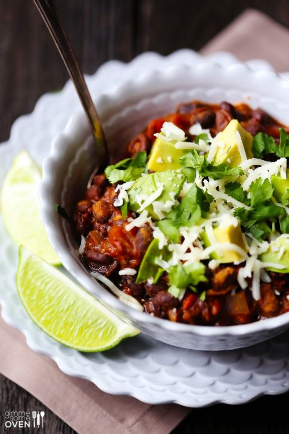 This smoky vegetarian chili is TOTAL comfort food | gimmesomeoven.com #vegetarian #vegan