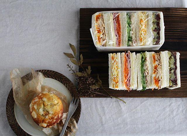 2016.09.25. Today's breakfast. . おはようございます。 . わたしの朝ごはんと、 だんなさんの朝ごはんと、 だんなさんの昼ごはん。 . 昨日、雨の中、 わたしのわがままに付き合って 一緒に西荻に行ってくれただんなさんへ。 . リクエストの#普通のサンドイッチ。 だんなさんは、サンドイッチは四角派。 なので、今日は四角□ . 朝の分とお昼の分を分けておかないと、 一気に全部食べちゃうので←#こどもか♡ お昼の分は包んで。 朝の分にはふんわりラップ。 . わたしは emy's bakeshopの ブルーチーズといちじくのソルトマフィン◎ と、だんなさん好みじゃなさそうなサンドイッチを。 . もりもり食べて、行ってきます。 . サンドイッチ ・たまごサンド ・人参ハムチーズ ・胡瓜とツナ ・鶏チャーたまご ・あんこと、さつまいも酒粕はちみつマッシュ