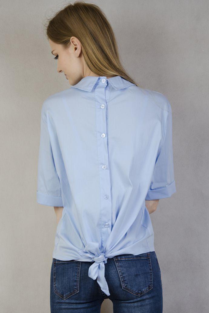 Niebieska koszula z wiązaniem na dole i guzikami z tyłu