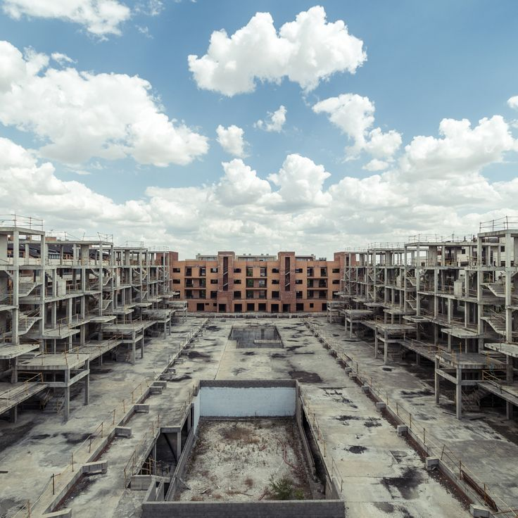 廃墟は美しい。日本でも見られるような遊園地や旅館の廃墟はどこか人の気配を感じさせる湿っぽさがあるが、写真家ロイク・ヴェンドラメが撮影したスペインの廃墟は妙にカラッとしている。彼の撮影した廃墟はミニマルだが、確かに廃墟であり、虚しい美しさを携