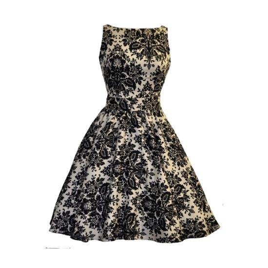 Šaty Lady V London Damask Tea Retro šaty ve stylu 50. let z londýnské dílny Lady V London. Nádherné šaty vhodné pro společenské události - do tanečních kurzů, na svatby, lze vynést i jako malé večerní. Krásné provedení látky připomínající damaškový figurální vzor, černé ornamenty na světlejším béžovém podkladu s decentním leskem. Příjemný pružný materiál (97%, 3% elastan), pohodlný střih s lodičkových výstřihem, vzadu lehce vykrojené se zapínáním na zip a vázačkou zajistí skvělé přilnutí k…