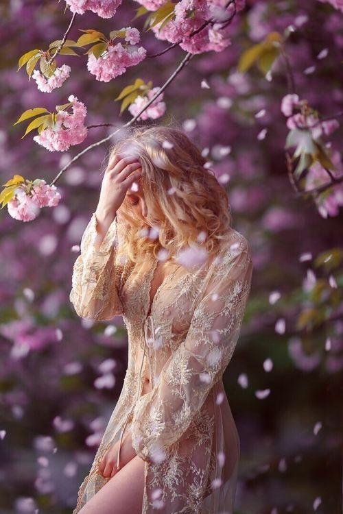 Yo no lo sé de cierto, pero supongo  que una mujer y un hombre  un día se quieren,  se van quedando solos poco a poco,  algo en su corazón les dice que están solos,  solos sobre la tierra se penetran,  se van matando el uno al otro.   Todo se hace en silencio. Como  se hace la luz dentro del ojo.  El amor une cuerpos.  En silencio se van llenando el uno al otro.  Cualquier día despiertan, sobre brazos;  piensan entonces que lo saben todo.  Se ven desnudos y lo saben todo...