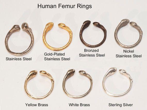 REMARQUE: En raison de la forte demande, nous sommes maintenant en anneaux de fémur en acier bronzé, sauf un petit nombre en taille 5. Ce serait un doigt mignon, si c'est ce que vous cherchez!  L'option en acier bronzé a maintenant été qualifiée de RUPTURE DE STOCK, mais si vous commandez une autre finition de l'anneau en acier inoxydable et de nous écrire une note que vous voulez l'auriculaire en acier bronzé bague de taille 5, nous serons heureux de vous envoyer un!  Nous sommes…