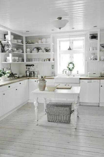Cucina shabby...bel pavimento. ..