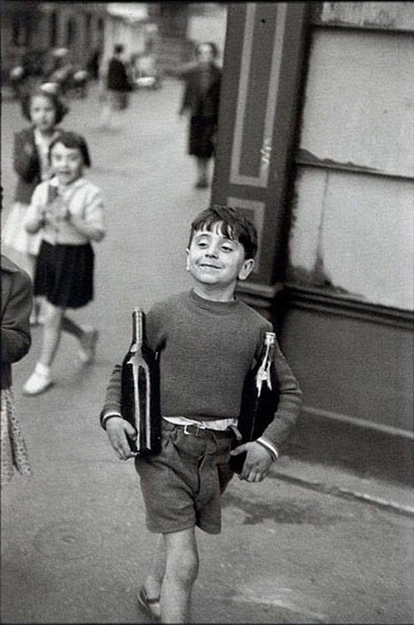 """Rue Mouffetard, Paris, 1954 - Henri Cartier-Bresson. // Fortemente influenciado por Atget, Man Ray, Kertész e pelo cinema. Influente fotojornalista; Bresson é mestre no que ele designou """"momento decisivo"""", que para ele significa o reconhecimento instantâneo e a organização visual de um acontecimento no momento mais intenso da ação e da emoção de modo a revelar seu significado intrínseco e, não apenas registrar a sua ocorrência."""