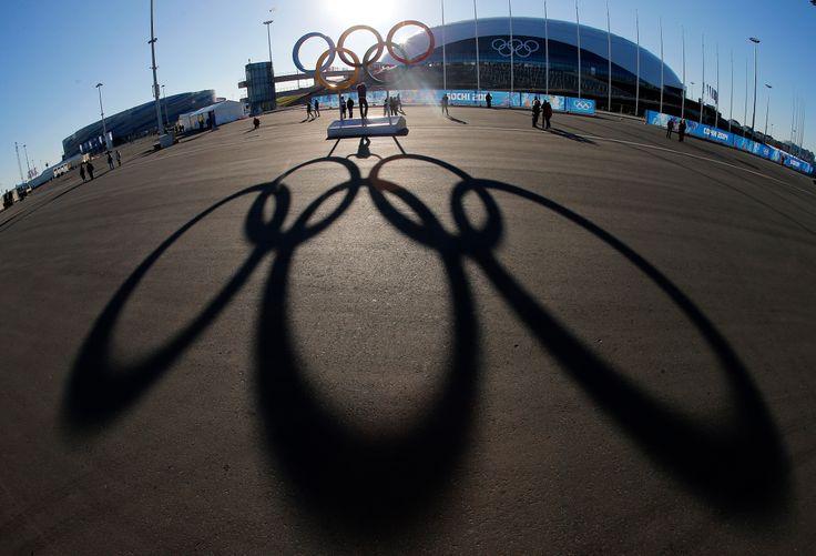 Logo olimpiade membentuk bayangan pada saat matahari terbenam di belakang Istana Es Bolshoy, beberapa hari sebelum Olimpiade Musim Dingin 2014 di Sochi, Rusia dimulai. (3 Februari 2014)