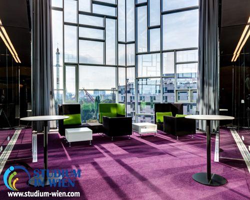 Университетский кампус состоит из четырёх корпусов, расположенный недалеко от центра города. Все корпуса и аудитории оборудованы по последнему слову техники. Здесь проходят научные конференции и симпозиумы. Библиотека университета считается самой крупной библиотекой в сфере экономики в Австрии.