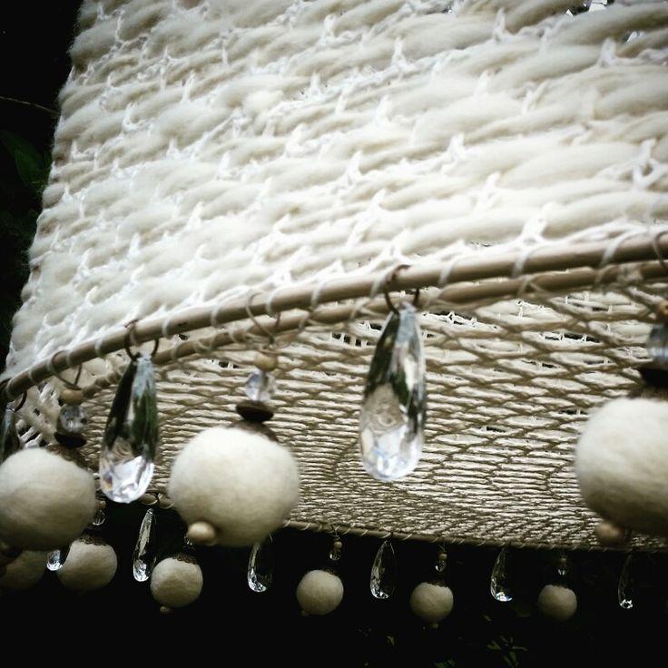Pantalla con crochet y telar de lanas naturales, pompones y caireles
