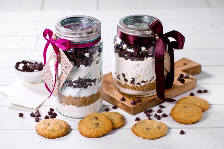 Dette er en morsom gave som inspirerer til baking, samtidig som resultatet er perfekte kjeks med sjokoladebiter. Denne oppskriften gir ca. 20 kjek...