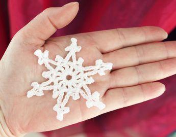 Ristiin rastiin: Kahden kerroksen virkattu lumihiutale