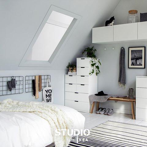 Een plantenrek ophangen = ruimte besparen én accessoires uitstallen. #tip #interiordesign #wooninspiratie #slaapkamer #STUDIObyIKEA #IKEA #IKEAnl