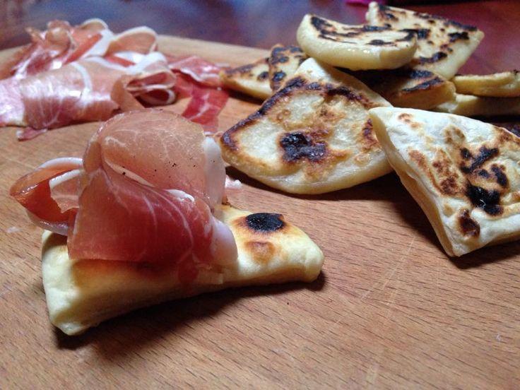 triangoli di ricotta con esuberi sono dei traingoli di pane alla ricotta cotti su piastra