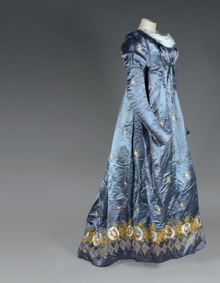 Robe parée ou «Round gown», en soie brodée, époque Directoire, vers 1795.