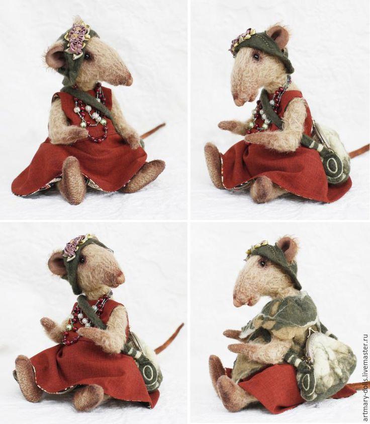 Уважаемые мастера! На этот раз хочу показать вам рождение крысы Клавдии. Этот образ возник внезапно. Эстетка, собирательница различных красивых вещиц: блестящих бутылочных стеклышек, тряпочек, флакончиков и этикеток. Она знает цену винтажным и старинным брошкам, любит дизайнерские вещи. В ее сумочке есть много всякого нужного. Она никуда не спешит, потому что знает цену времени...