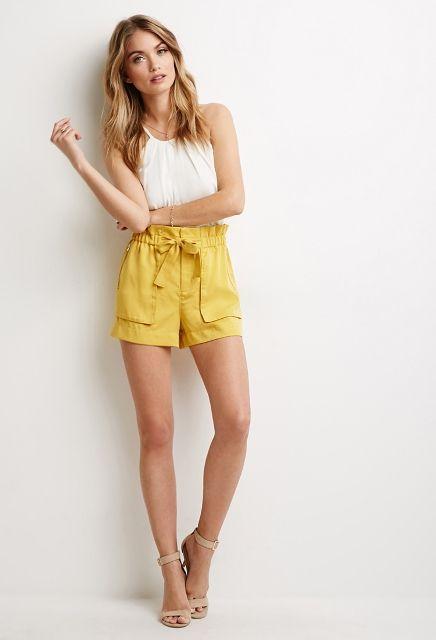 Bild von gelben Shorts Outfit   – Outfit Ideas