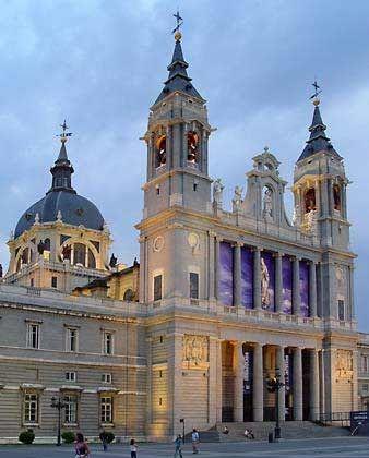 La Catedral de Nuestra Señora de la Almudena de Madrid está junto al Palacio Real y es una catedral reciente, cuya construcción se demoró durante más de un siglo para ser terminada en 1992. El proyecto existío desde el siglo XVI pero no tuvo financiación hasta siglos después.