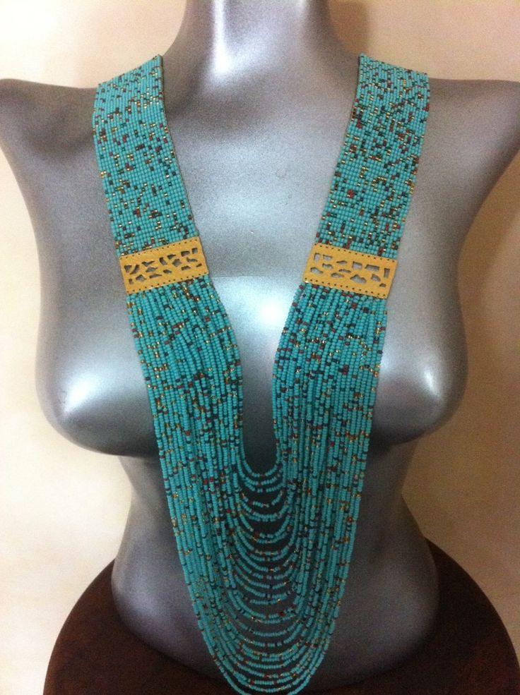 "Collar en mostacilla estilo: ""lluvia de colores"" en base de mostacilla azul aguamarina, con adición de placas en baño de oro. Peyote"