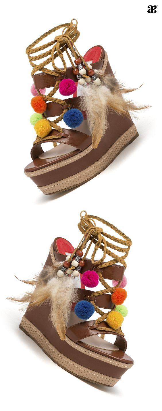 EN zapatos de primavera no pueden faltar unas sandalias, y los grandes de la moda nos dice que si es con detalles étnicos es mucho mejor. #sandalias #moda #boho #plataformas #style