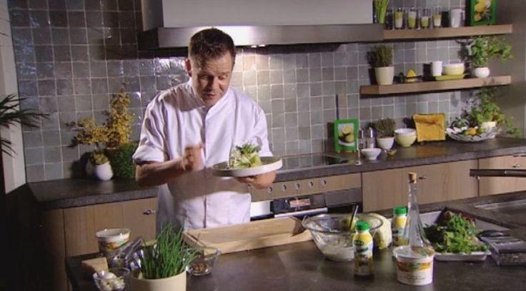 bereiden:Meng alle ingrediënten voor de dressing. Pocheer de kippenblokjes gaar in de kippenbouillon en bak enkele minuten kort aan in olijfolie. Neem een blaadje ijsbergsla. Vul op met een lepeltje dressing, gebakken kip, een ansjovisje, parmezaan en een schijfje hardgekookt ei. Vouw de wrap dicht en snijd in twee. werk af:Werk af met een beetje bieslook, fijne tuinkruiden en een extra toefje romige dressing.