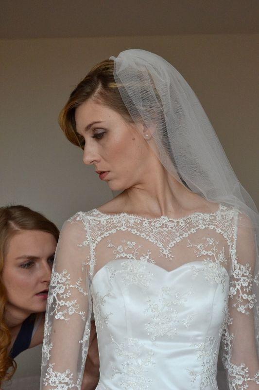 Krajkové+svatební+šaty+s+vlečkou+Svatební+šaty+ze+španělské+krajky+s+bohatou+sukní+s+vlečkou,+živůtek+zakončený+nahoře+bordurou,+tříčtvrteční+rukávy.+Tyto+šaty+byly+šity+na+zakázku,+velikost+36,+ale+střih+je+vhodný+i+pro+větší+velikosti.+Je+možné+je+ušít+na+míru.+Tato+krajka+je+v+bílé+barvě+s+kovovým+vláknem+nebo+ve+smetanové+barvě+/na+foto/.+Je+...