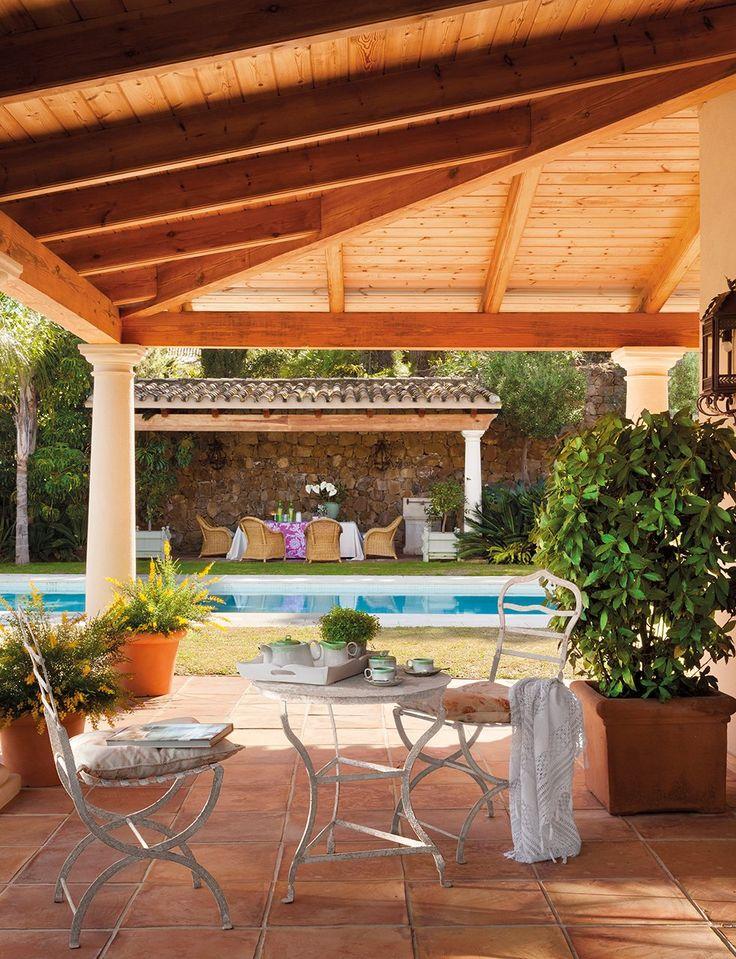 Un paraíso en el sur · ElMueble.com  Un extraordinario porche de madera de diseño andaluz con columnas de granito y cubierta de tejas árabes. tecniamadera.es Espacios para vivir y disfrutar.