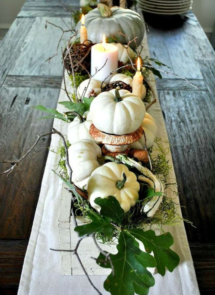 Herbst Dekoration - Weiße Kürbisse und Kerzen dienen als Herzstück des Tischs