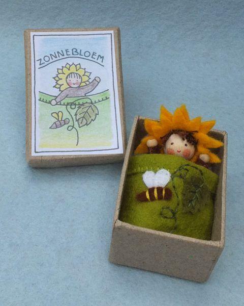 Zonnebloemdoosje. Dit een pakket in een nieuwe serie: doosjes. De doosjes zijn van gerecycled karton en 5 x 7 cm. Eenvoudig te maken vilten popje.