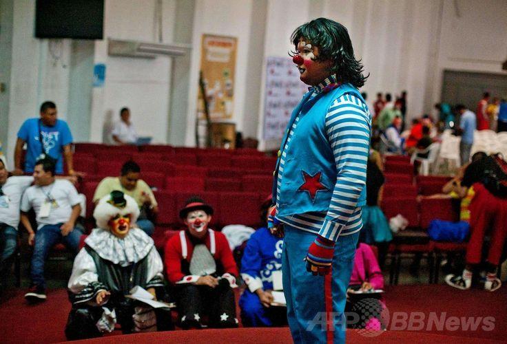 エルサルバドルの首都サンサルバドル(San Salvador)で開催されたラテンアメリカのピエロの祭りに参加したピエロ(2014年5月20日撮影)。(c)AFP/Jose CABEZAS ▼25May2014AFP|エルサルバドルにピエロ大集合 http://www.afpbb.com/articles/-/3015710 #San_Salvador #Clown #Payaso #Pagliaccio #Klaun #Palhaco #Palyaco #Bufon #Badut #Klovn #Klovni #Bohoc