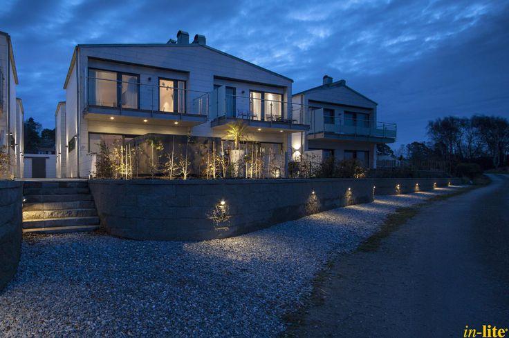 Tuin in Zweden | Wandlamp BLINK in stenen muur | Buitenverlichting | Buitenspot HYVE in overkapping | Wandlamp ACE UP-DOWN 100-230 V aan het huis | Outdoor lighting