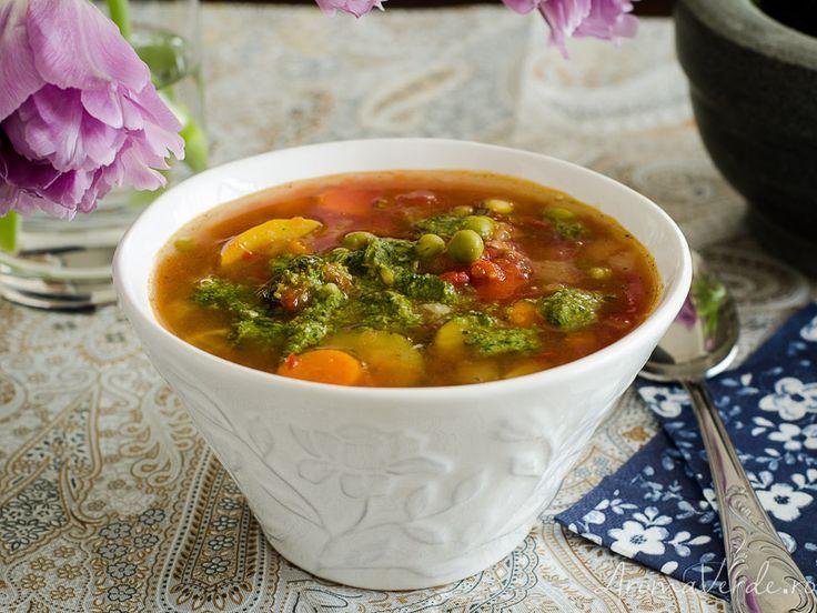 Supă Minestrone cu gust bogat de Italia, o rețetă rapidă de supă gustoasă și perfectă pentru masa de seară, servită cu pesto de busuioc.
