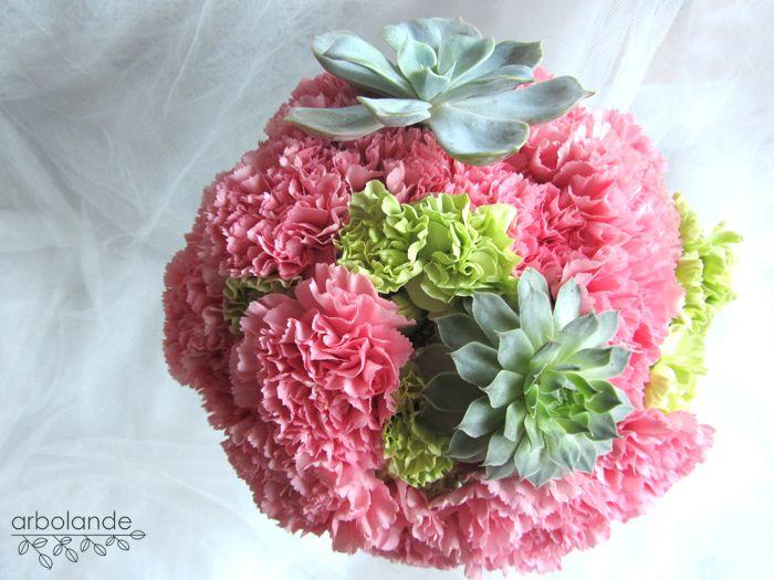 Arbolande: El ramo de Laura: claveles, suculentas y plantas del jardín. Ramo de novia de color rosa y verde con claveles y suculentas.