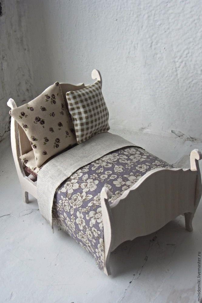 Дляизготовления кроватки нам понадобятся: 1. Листы фанеры 5 и 3 мм. 2. Ручной лобзик. 3. Деревянные палочки. 4. Клей ПВА столярный. 5. Акриловые краски и лак. 6. Наждачная бумага и напильник. Размеры готовой кроватки 17см — длина, 11см — ширина, 12 см — высота. 1. Делаем чертеж деталей кровати на масштабной бумаге и затем переводим его на лист фанеры.