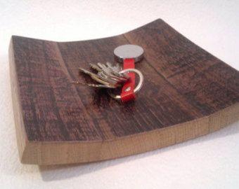 Vassoio centro tavola in legno di rovere recuperato da botti per linvecchiamento del vino Fatto a mano  Dimensioni in cm.: L 93 P 17/21 H 4,5/9,5 Peso in kg.: 2,5  Il legno di rovere è stato assemblato e levigato, trattato con vernice allacqua trasparente opaca per interni. Ho preferito lasciare una leggera patina a memoria delleccellente servizio svolto dal prodotto originale. E possibile su richiesta realizzare altri pezzi anche usando un numero maggiore di doghe rendendolo più profondo.