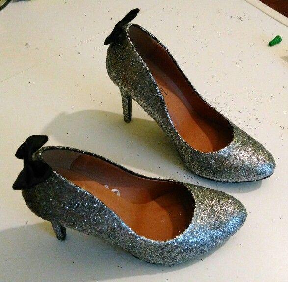 Colle + paillettes + petits noeuds = chaussures de princesse!